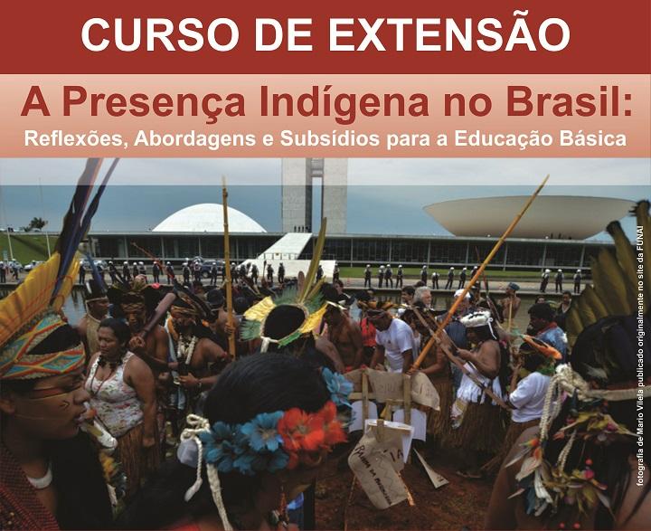 """Foto de uma manifestação indígena na frente do Senado Brasileiro, com a frase: """"Curso de Extensão. A Presença Indígena no Brasil: Reflexões, Abordagens e Subsídios para a Educação Básica"""""""