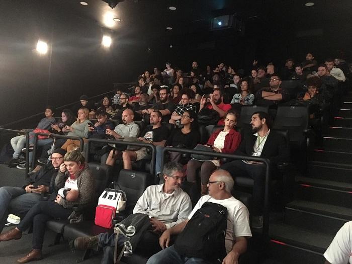 Plateia acomodada nas cadeiras do Ponto Cine