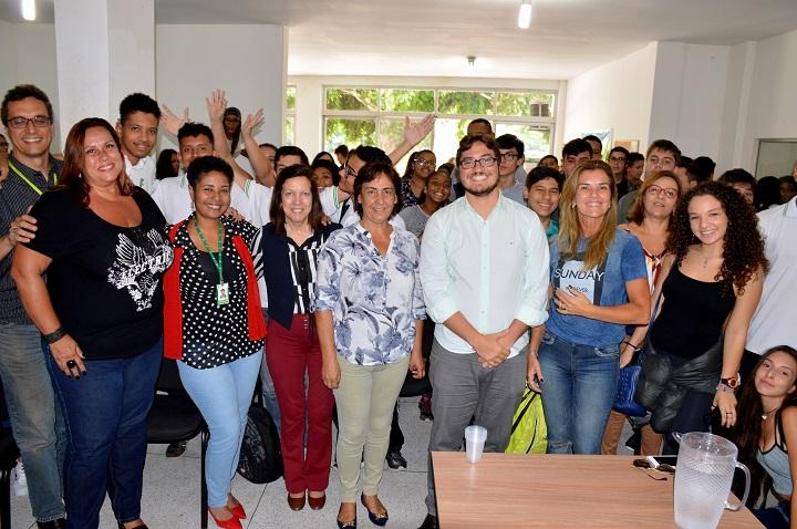 Reitor, autoridades, servidores e alunos posam de pé para a foto