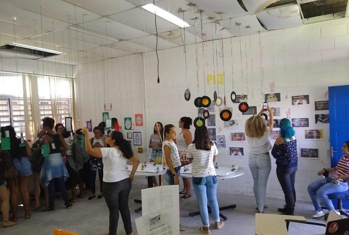 alunos e professores participando das atividades na Feira de Arte, Cultura e Política