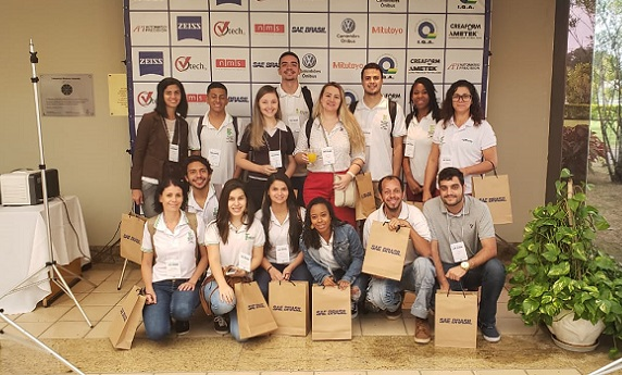 Alunos de Metrologia posando para foto no Simpósio SAE BRASIL de Metrologia 2018