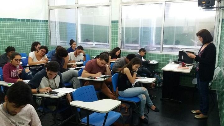 alunos focados na prova da 1ª Olimpíada Interna de Química do campus Rio de Janeiro em sala de aula
