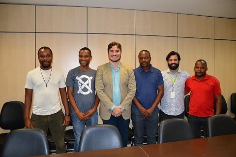 Professores, reitor e coordenador-geral de Relações Internacionais posam de pé para a foto