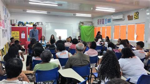 Sala cheia de participantes na abertura de evento em Belford Roxo