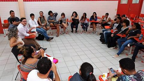 reunião com alunos e reitor, sentados em formato de roda