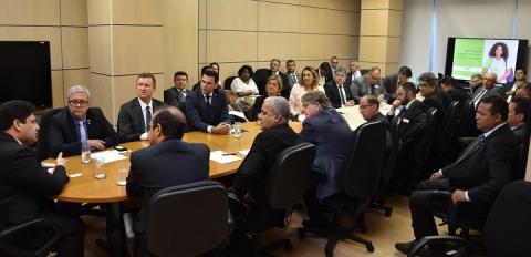 Sala de reunião com membros do conif e secretário da Setec em volta da mesa